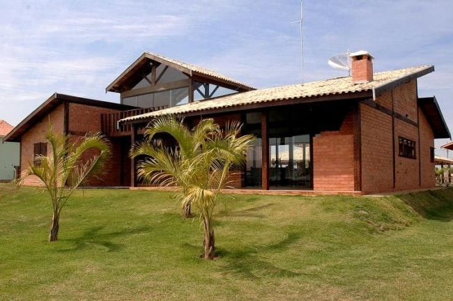 casa grande e moderna com tijolo