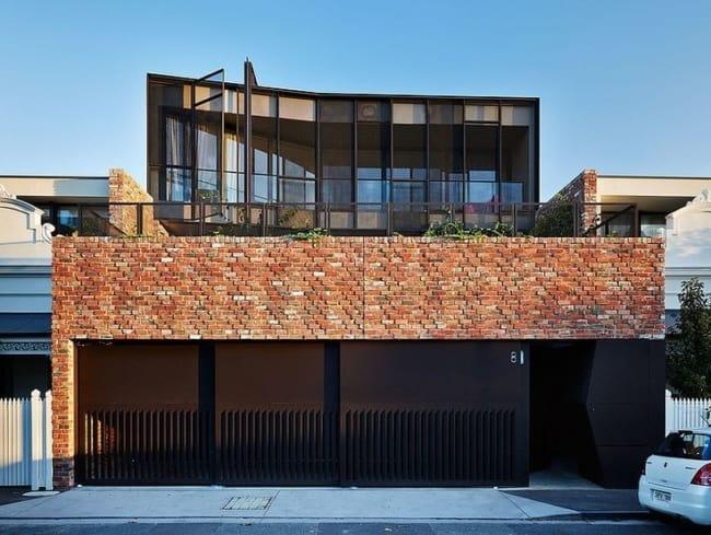 casa grande e moderna com tijolos aparentes