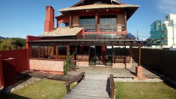 casa grande rustica com tijolos aparentes
