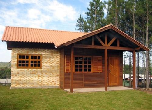 casa pequena de tijolos e madeira