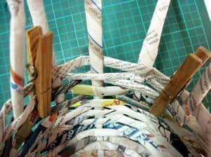 cesta de jornal fazendo a lateral