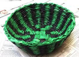 cesta de jornal verde e preta