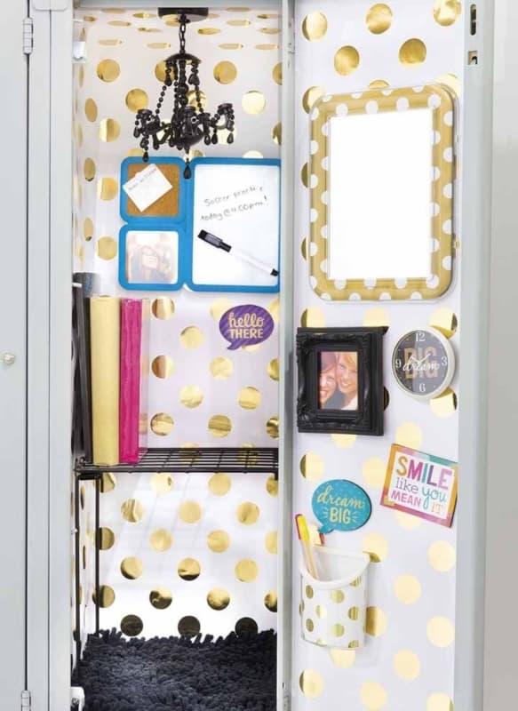 contact dourado no armario do quarto