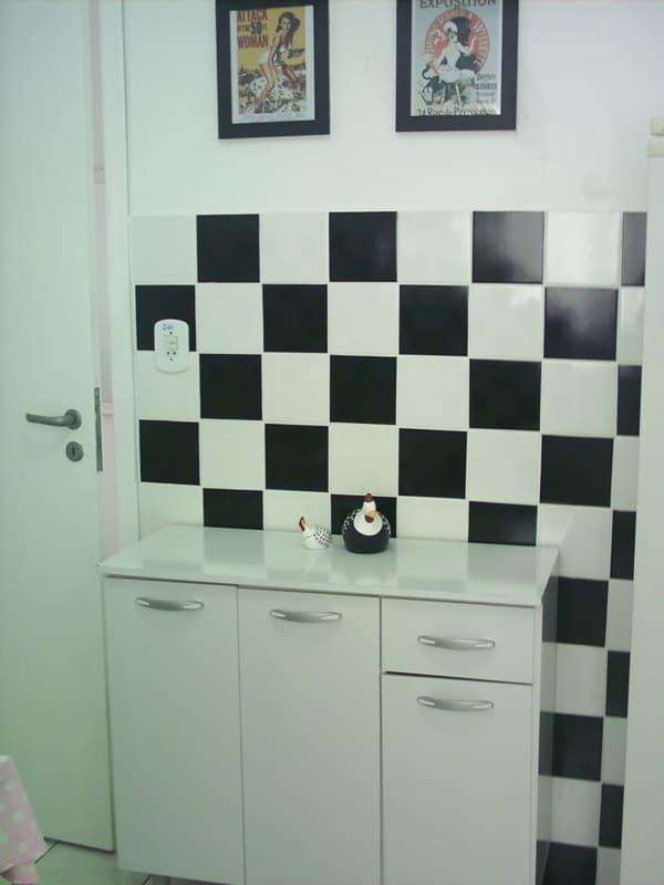 contact na parede do banheiro
