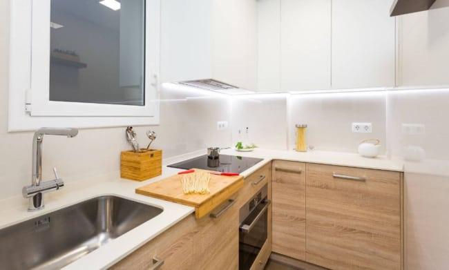 cozinha amadeirada com Fogão de Embutir