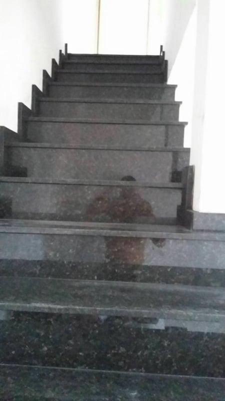 escada grande com Granito Verde Ubatuba