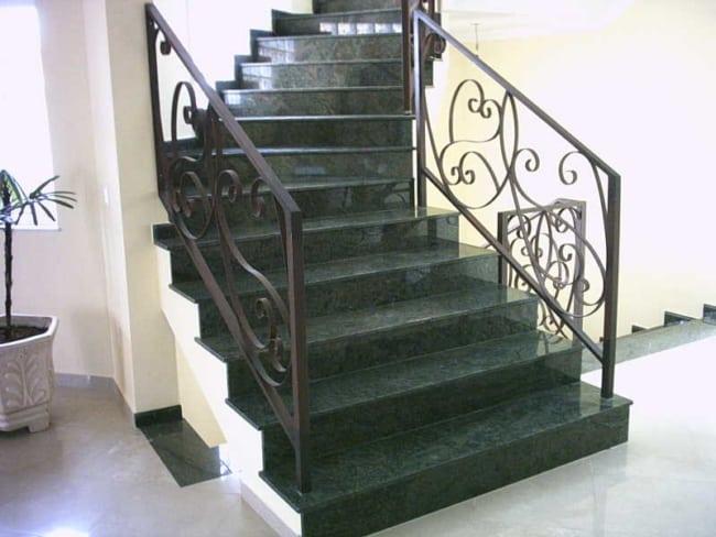 escadas com Granito Verde Ubatuba