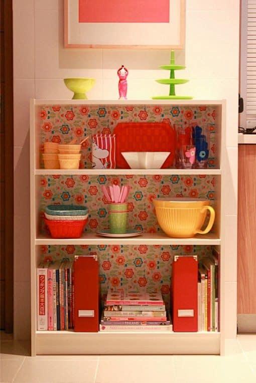 gabinete com papel contact na cozinha