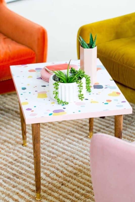 mesa da sala com papel contact