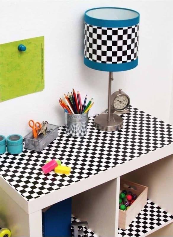 mesa do quarto com contact