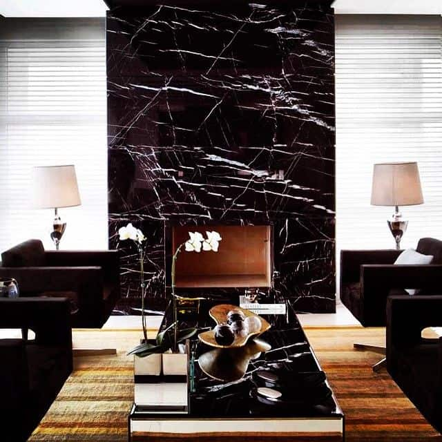 sala decorada com mármore nero