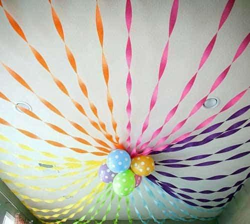 teto decorado com fitas de papel crepom decoração de Carnaval45