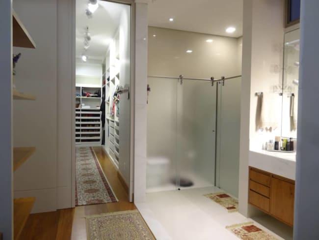 veja como o closet planejado com banheiro pode ter privacidade