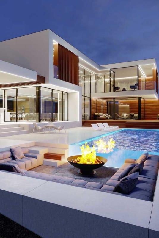 Área com lareira e piscina em mansão