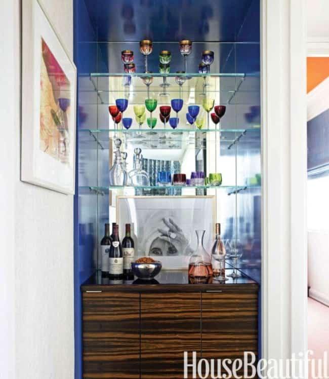 bar de parede com prateleiras de vidro