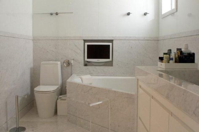 banheiro moderno com banheira pequena de canto