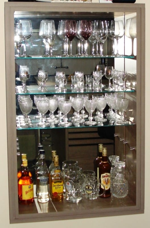 barzinho suspenso com prateleiras de vidro e fundo espelhado