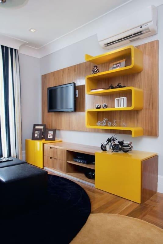 sala com móvel amarelo