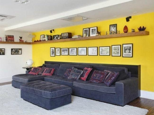 sala moderna com parede amarela