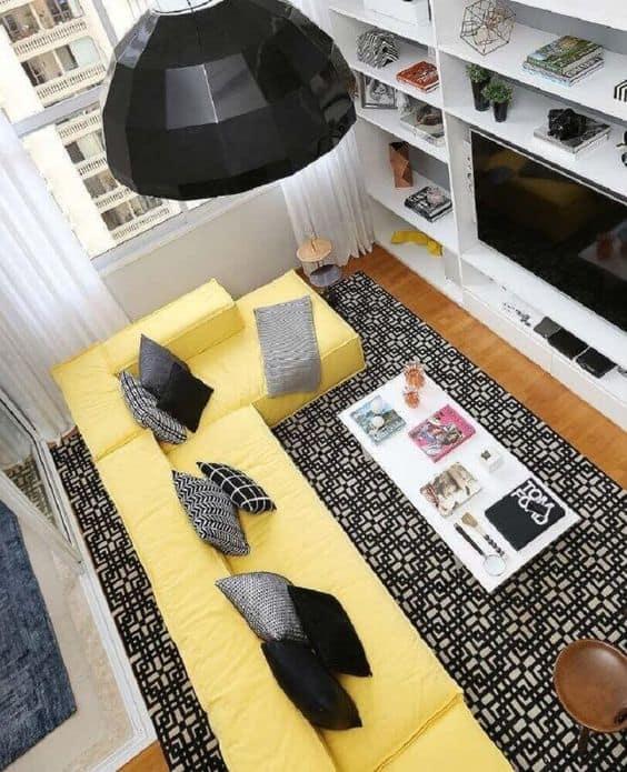 sala com sofá amarelo e tapete preto