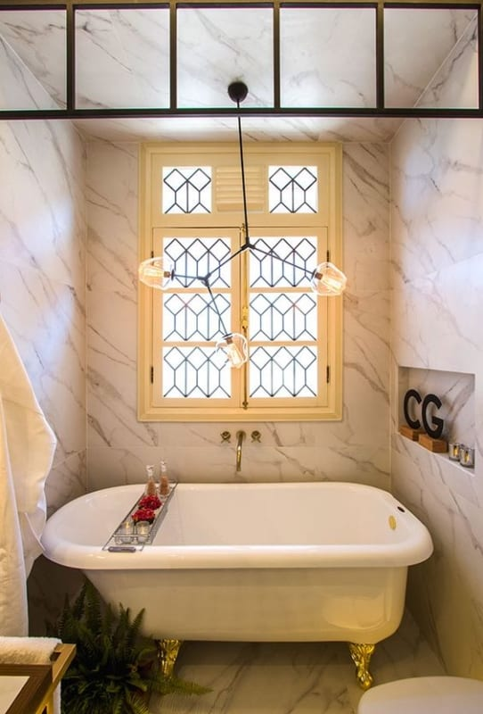 banheiro com banheira vintage pequena