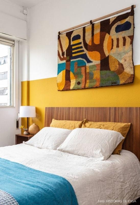 quarto decorado com parede amarela