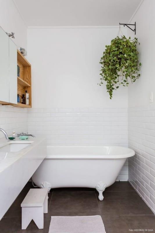 banheiro branco com banheira vintage pequena