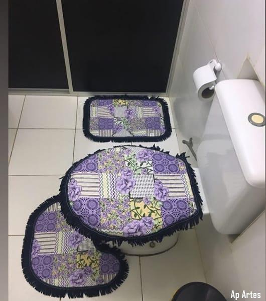 banheiro pequeno com tapetes de tecido