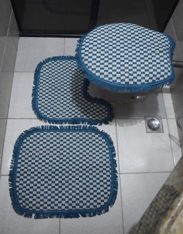 conjunto de tapetes azul e branco para banheiro