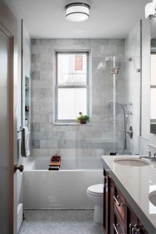 banheira pequena com box e chuveiro