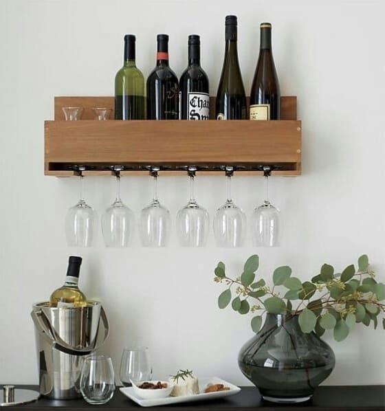 mini bar com espaço para pendurar taças