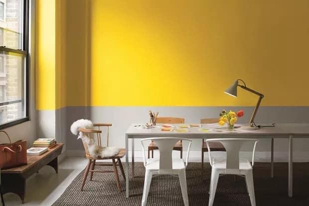 sala de jantar amarela e cinza