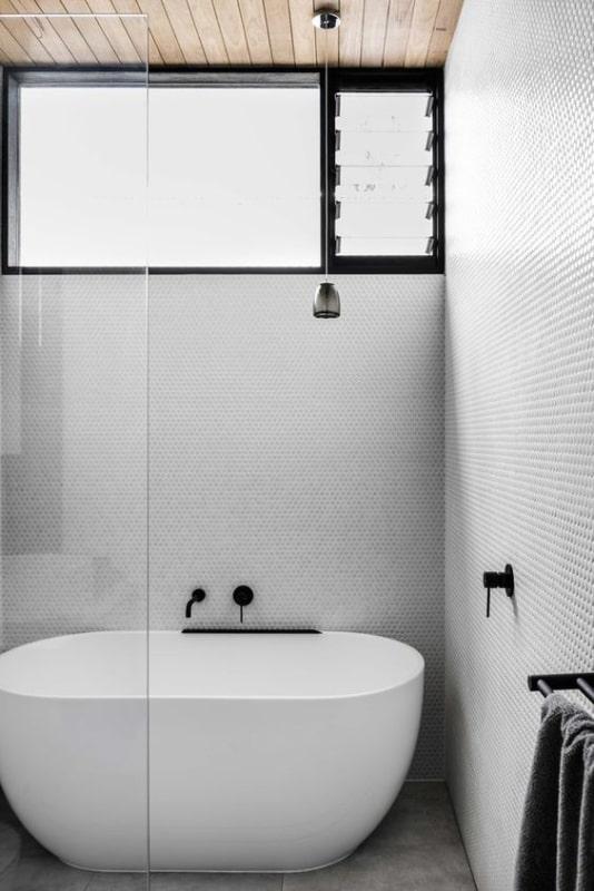 banheiro com banheira pequena minimalista
