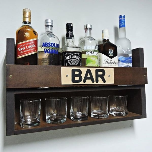 pequeno bar suspenso com garrafas