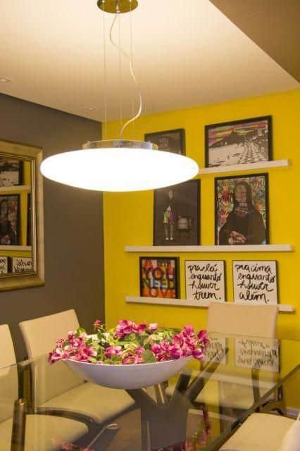 sala de jantar com parede amarela