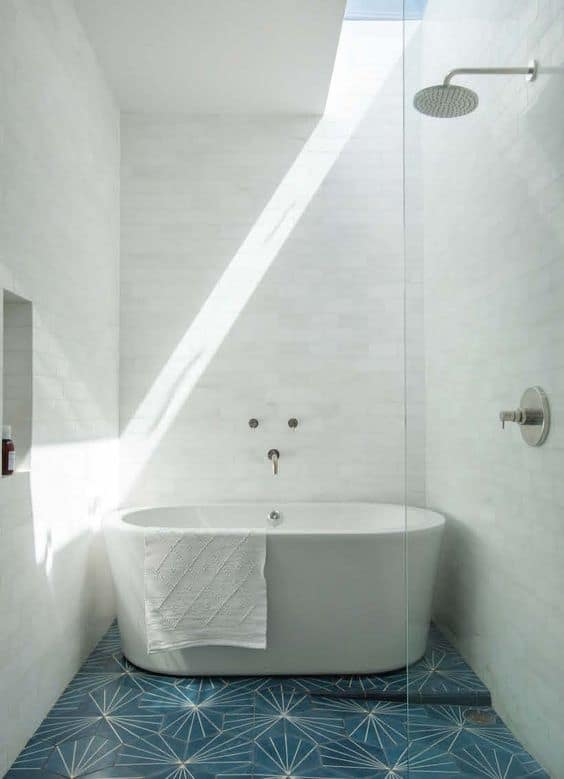 banheiro com banheira clean pequena