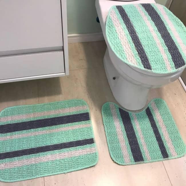 banheiro com tapetinhos simples