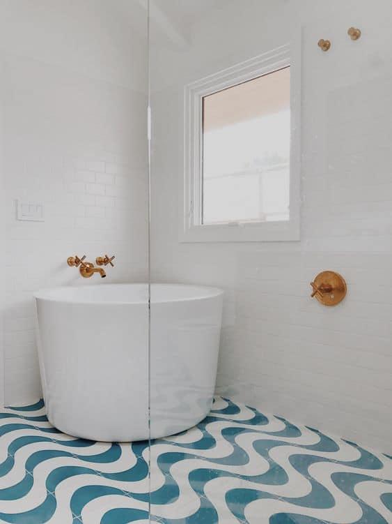 banheiro decorado com banheira redonda pequena