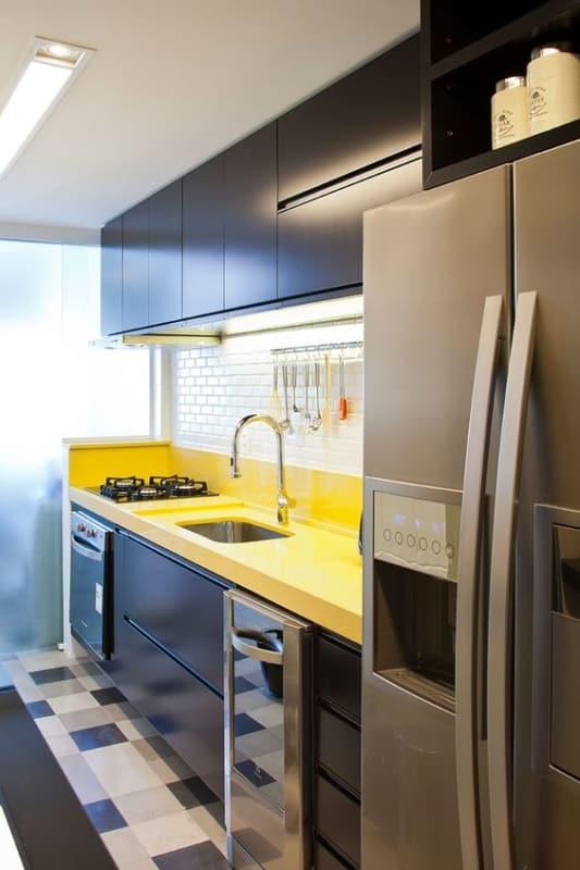 cozinha com bancada amarela e armários pretos