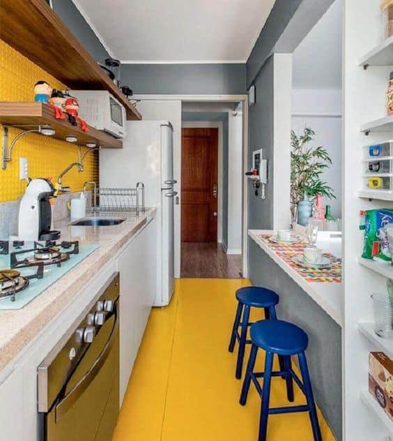 cozinha americana com decoração amarela