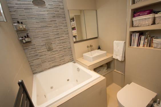 banheiro com banheiro quadrada pequena com hidromassagem
