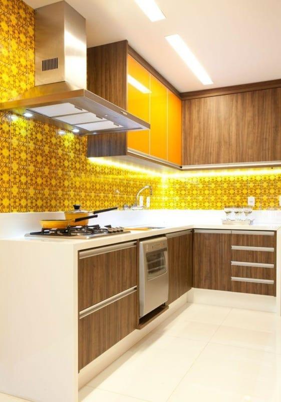 cozinha com revestimentos amarelos