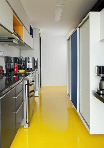 cozinha com piso amarelo