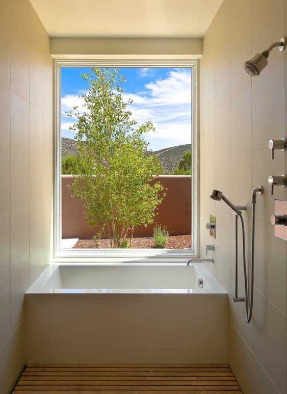 banheiro pequeno com banheira quadrada