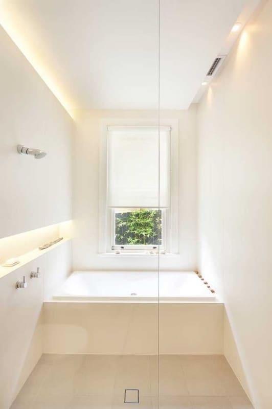 banheiro clean com banheira quadrada pequena