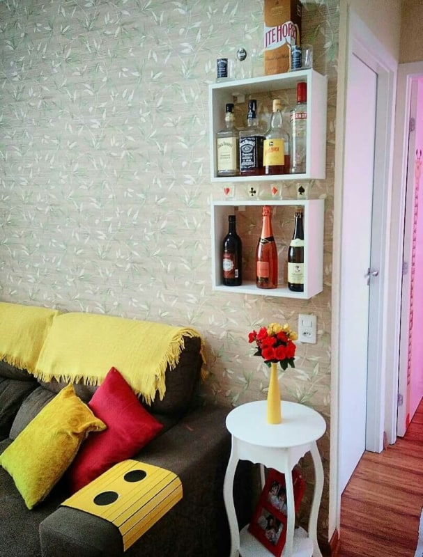 sala com mini bar simples na parede