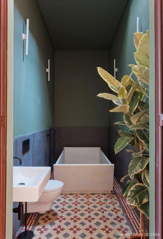 banheiro vintage com banheira pequena quadrada