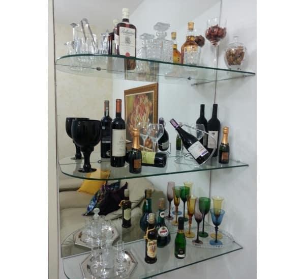sala com bar de vidro na parede