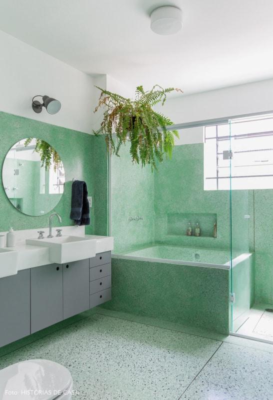 banheiro com banheira de alvenaria pequena