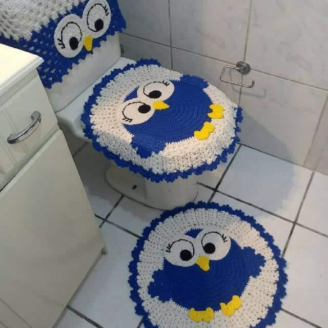 banheiro decorado com tapetes de corujinha